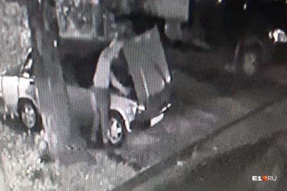 Молодой человек, ворующий аккумуляторы из автомобилей, попал в кадр камеры видеонаблюдения