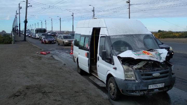 На мосту у Телецентра после аварии загорелась маршрутка с 20 пассажирами