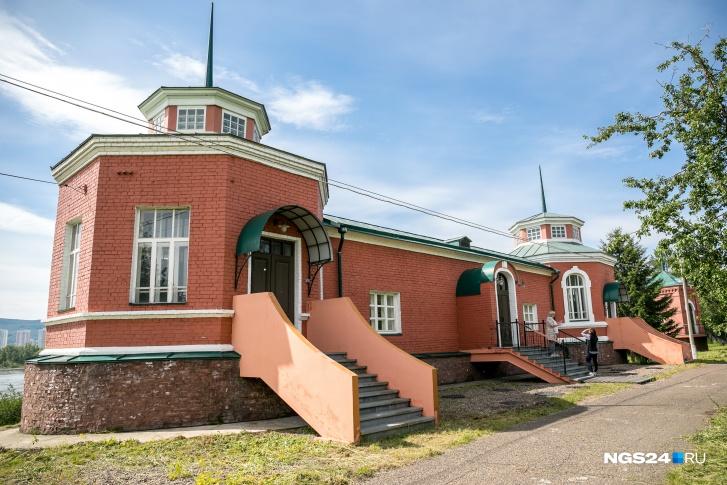 Здание насосной станции построено в стиле промышленного классицизма. Сейчас промышленные объекты строят в другом стиле