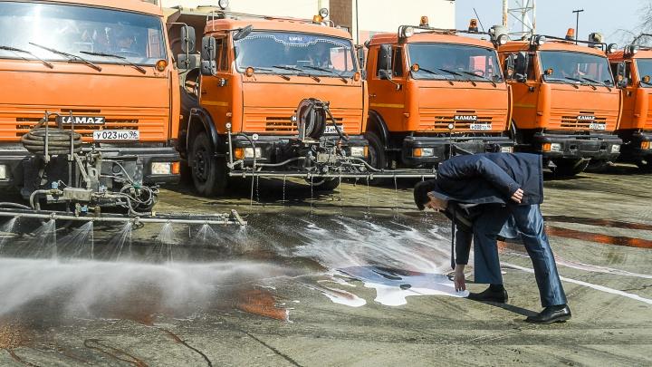 «Будем мыть и мыть»: для мэра устроили парад техники, которая будет приводить Екатеринбург в порядок