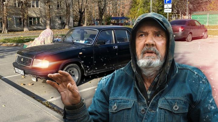 """«Я живу в """"Волге""""»: история одинокого пенсионера из Тюмени, которого клопы и хлам выселили из дома"""