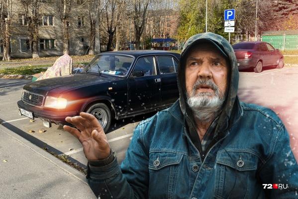 Местные с улицы Декабристов хорошо знают Василия Зуева. Некоторые считают его чудиком, потому что вместо дома он ночует то в машине, то в общественном душе пятиэтажки