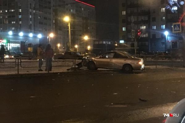 Одну из машин выбросило на тротуар