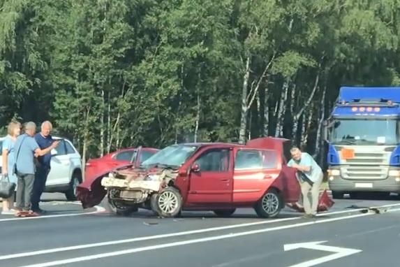 В жуткой аварии под Ярославлем пострадали несколько человек