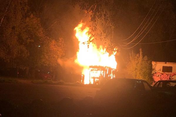 На улице Лермонтова сгорела хозпостройка