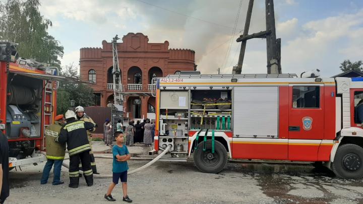 Дым видно отовсюду: на ВИЗе сгорел цыганский особняк в дворцовом стиле