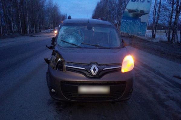 В результате удара досталось и машине