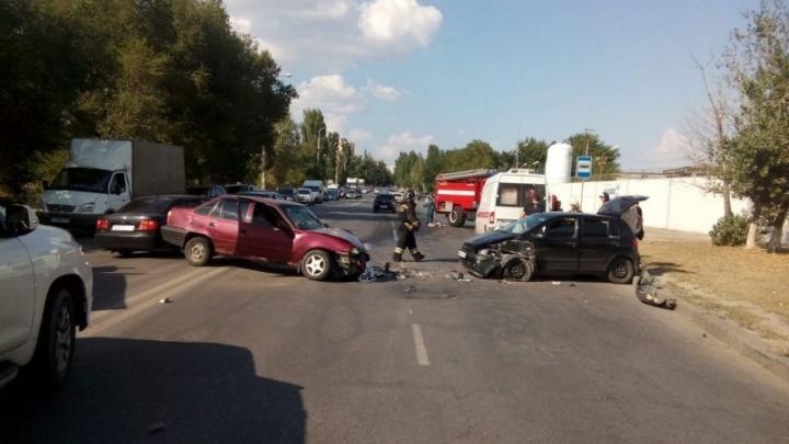 В больницу увезли только мужчину: полиция рассказала подробности тройного ДТП в Волгограде