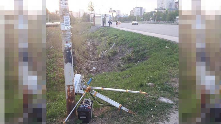 Били палками по голове: в Екатеринбурге напали на девушку, следившую за камерой-треногой