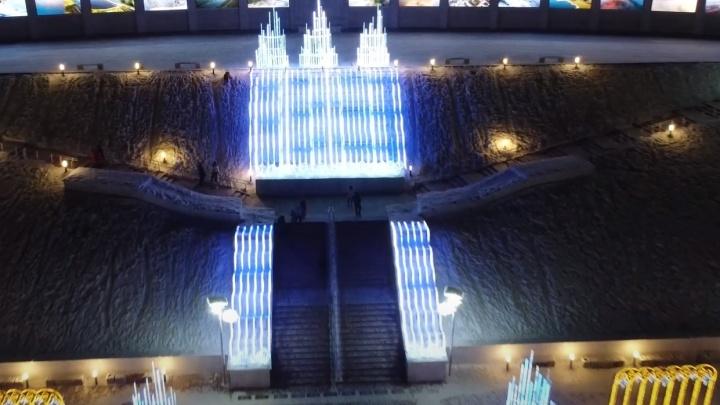 Волны света: площадь Славы в Самаре украсили новогодними огнями