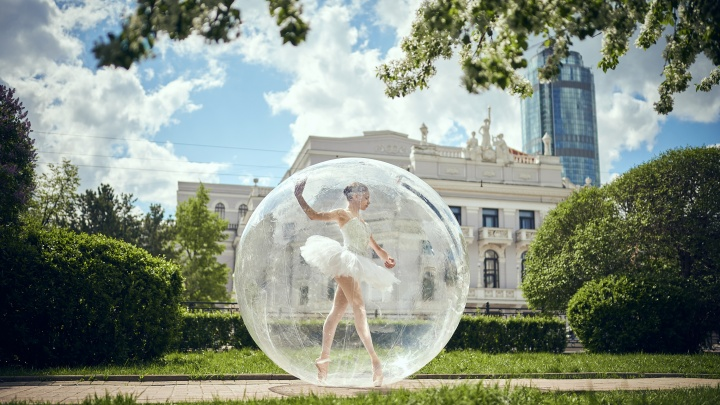 В Екатеринбурге артисты и спортсмены спрятались от коронавируса в больших пузырях