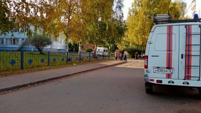 В Ярославле эвакуировали школу: в здании работают кинологи