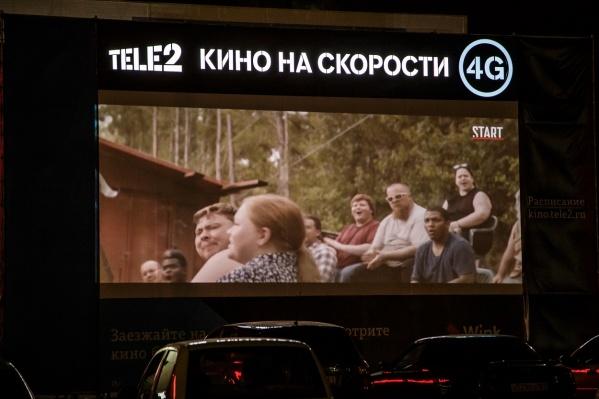 Оператор смонтировал качественные экраны и стереосистемы, чтобы зрителям в своих автомобилях было хорошо видно и слышно<br>