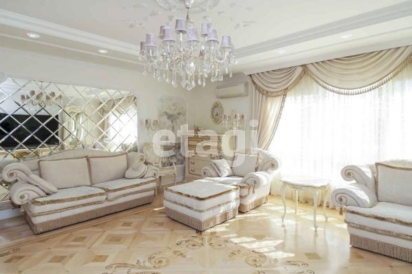 Квартира в ЖК «Даудель» напоминает домик сказочной принцессы. Но нельзя не согласиться — белый цвет уравновешивает изысканный интерьер