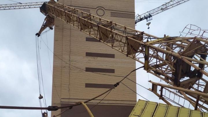 В Тюмени сняли на видео, как на стройке из-за урагана падают башенные краны с людьми внутри