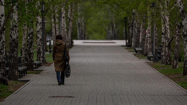 Самый грустный фоторепортаж: как новосибирцы мёрзли и гуляли в первый день мая