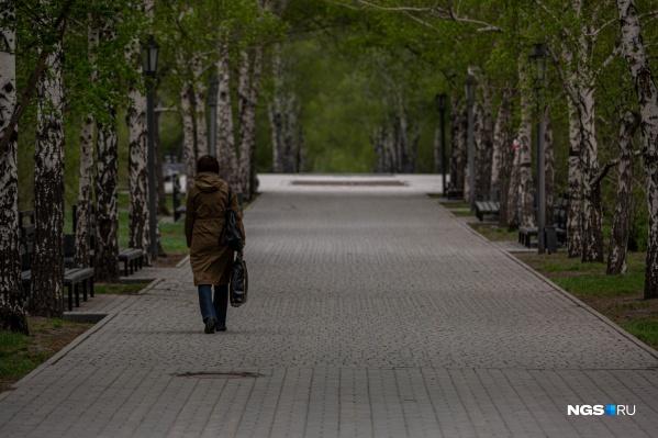 В парках не было просто гуляющих людей — видно, что все идут по делам