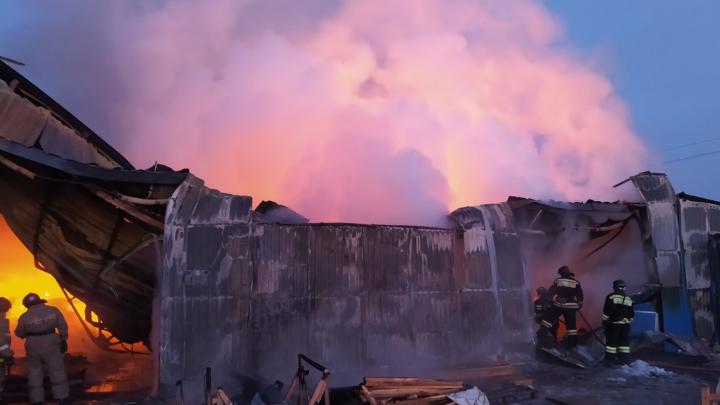 На производстве под Челябинском вспыхнул большой пожар