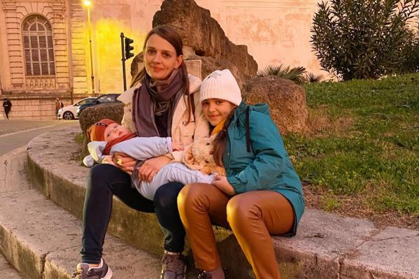 Инстамама отправилась за рубеж вместе с двумя детьми