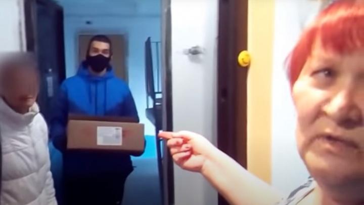 Соцработник и волонтёр принесли челябинке с диабетом коробку конфет, агитируя за «Единую Россию»