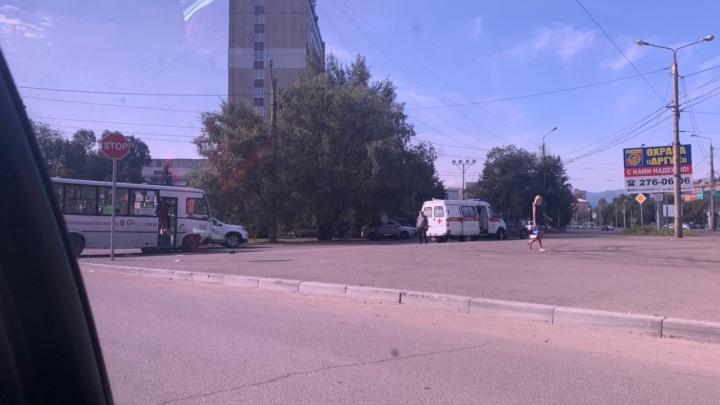 В аварии такси и автобуса в центре Красноярска пострадал 12-летний мальчик