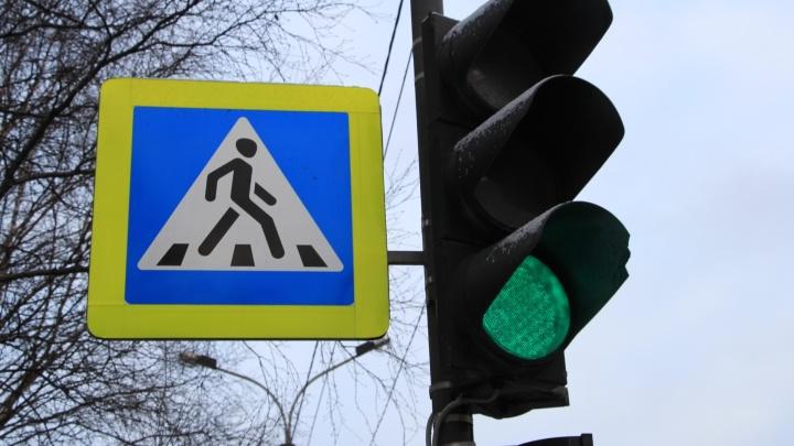 В Архангельске на перекрестке у «Часа Пик» сбили женщину. Она в больнице