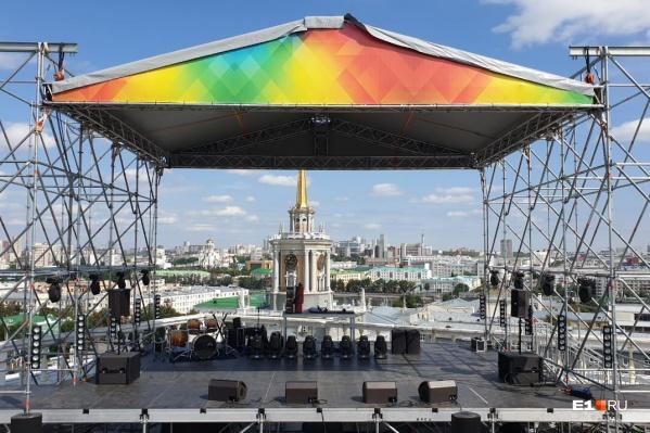 С этой точки видно мэрию, на крыше которой тоже будет праздничный концерт. Там споет «Чайф»