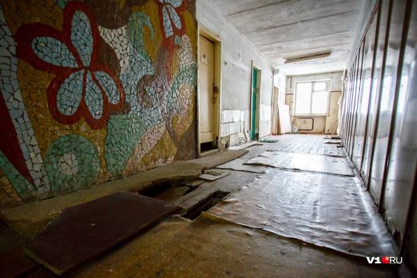 В аварийное общежитие мужчину переселили, продав его квартиру