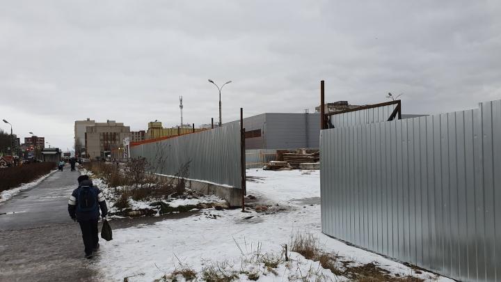 Вокруг бывшего рынка «Виктория» в Брагино появился строительный забор: что там будет