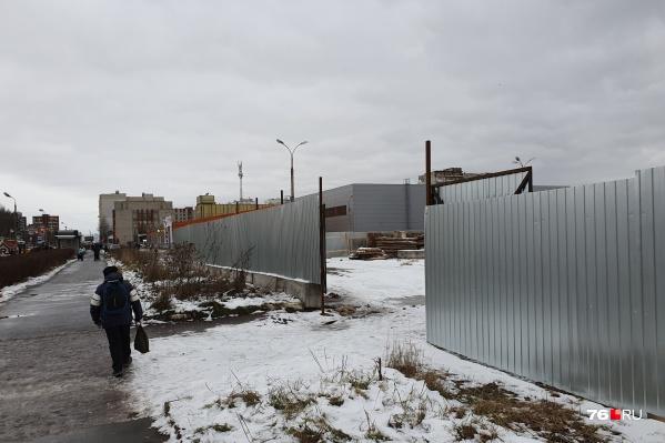 Будущую строительную площадку уже обнесли забором