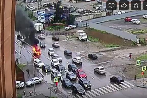 Автомобиль вспыхнул недалеко от пешеходного перехода