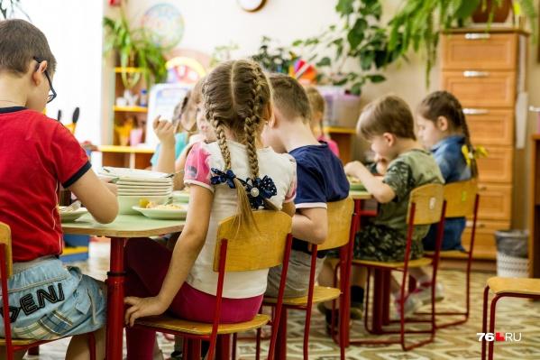 В детских садах и школах действуют специальные ограничения для борьбы с распространением коронавируса