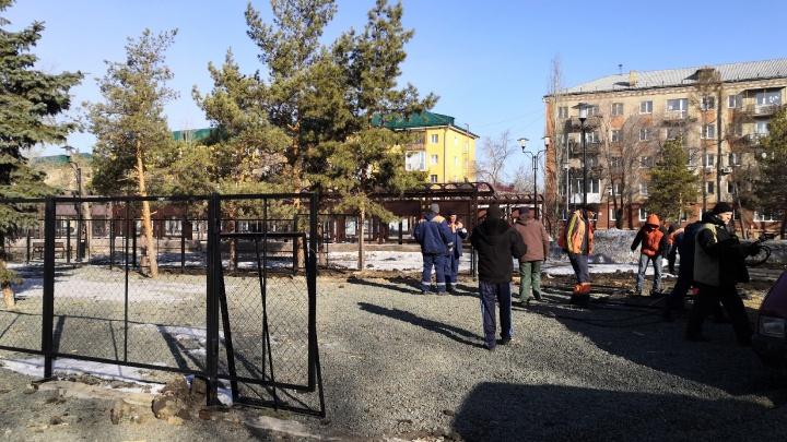 На бульваре Победы начали демонтировать площадку для выгула собак