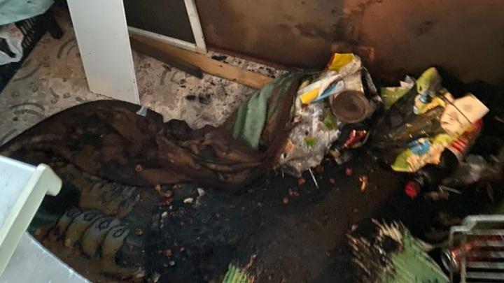 Перепрыгнули через забор, бросились в квартиру: на Уралмаше полицейские потушили пожар и спасли людей