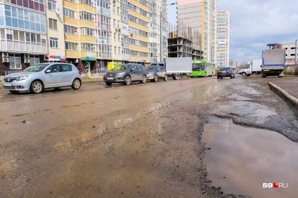 Фото сделано 22 апреля: явно видно, что дороге требуется ремонт