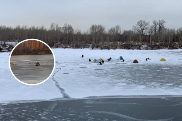 Мужчина выбрал оригинальный способ передвижения по льду