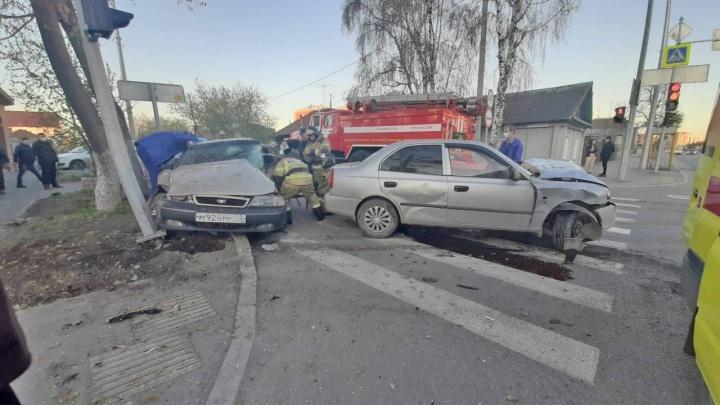 Четыре человека пострадали в аварии на Обороне