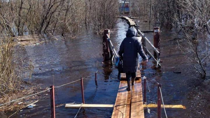 В архангельском поселке Динамо мост ушел под воду — фото