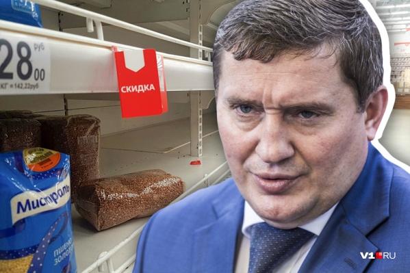 Андрей Бочаров заявил, что горожане скупают крупу и макароны в магазинах из-за паники и фейков