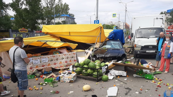 В Омске Mercedes снёс овощную палатку. Пострадали восемь человек