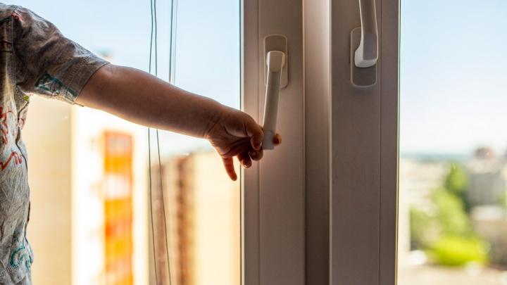 В Ярославле из окна выпал 4-летний малыш: что известно о состоянии ребёнка