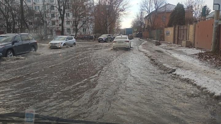 На нескольких улицах Ростова образовался каток из-за прорыва труб