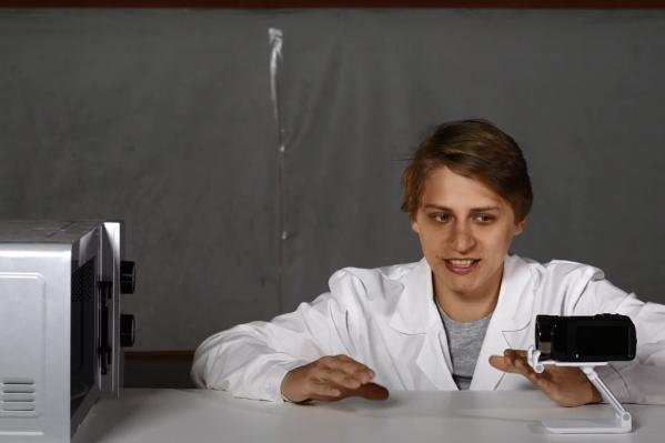 Максим постепенно пододвигал приборы к открытой микроволновке