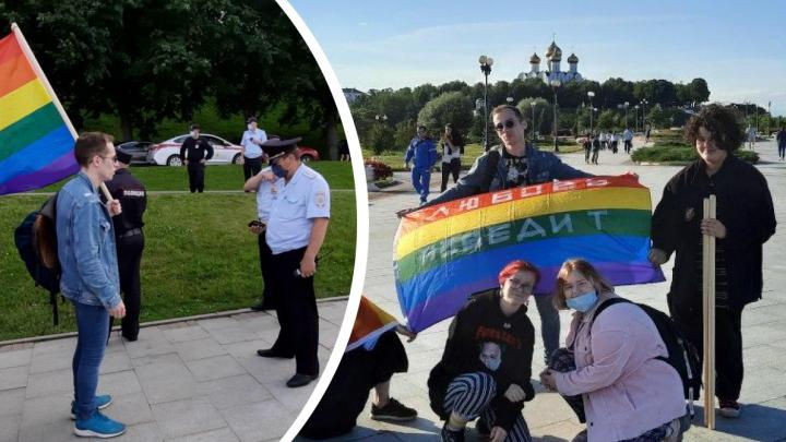 В Ярославле активисты ЛГБТ-движения устроили радужную прогулку под присмотром полиции