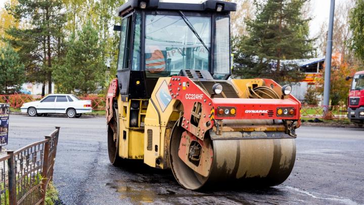 «Работают семь бригад»: где в Ярославле рабочие заделают дыры на дорогах