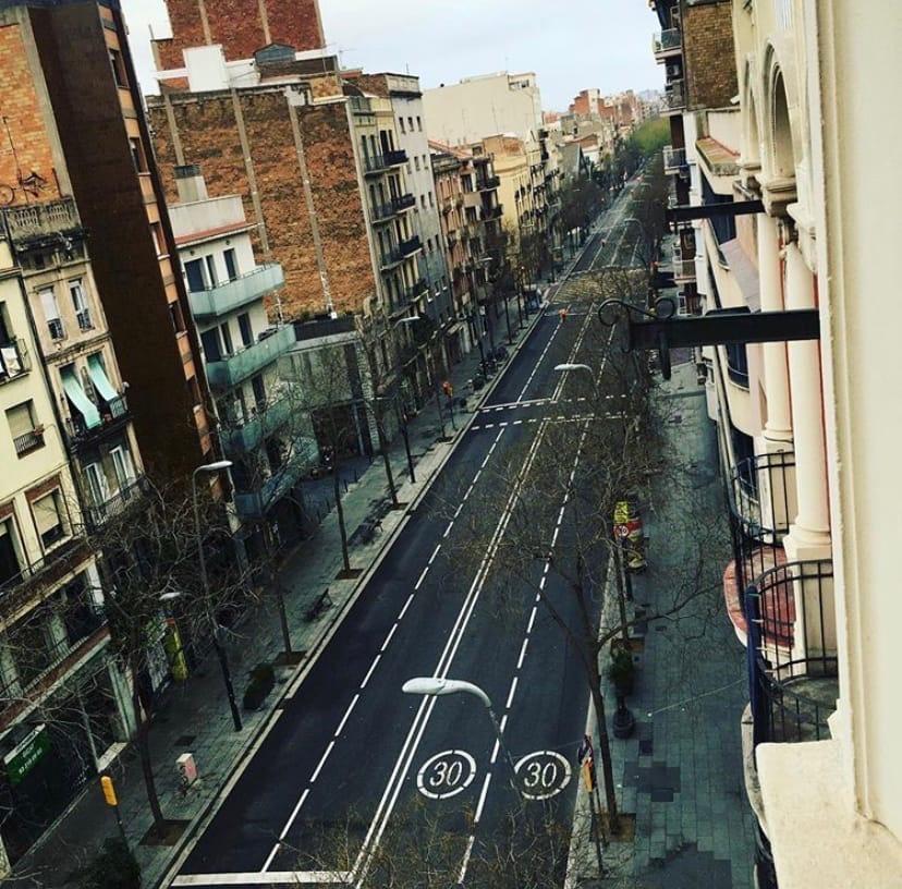 Улицы Барселоны выглядят пустынно, за появление без причины могут оштрафовать на сумму от 600 до 3000 евро