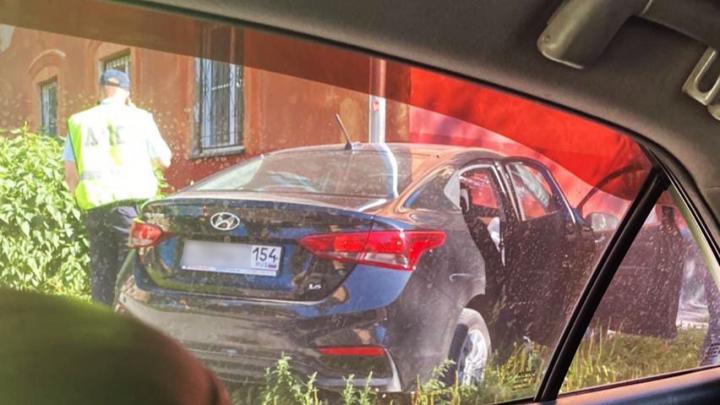 Hyundai Solaris врезался в угол жилого дома на Богдана Хмельницкого