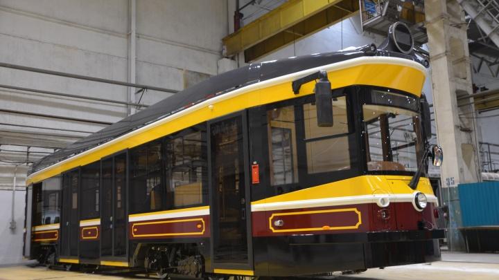 В Екатеринбурге низкопольный трамвай превратили в вагон из прошлого века. Показываем фото