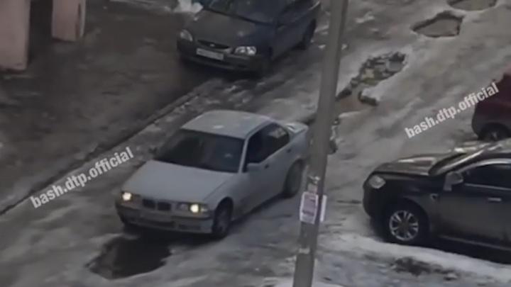 В дырявые дороги под Уфой провалились три автомобиля, момент попал на видео