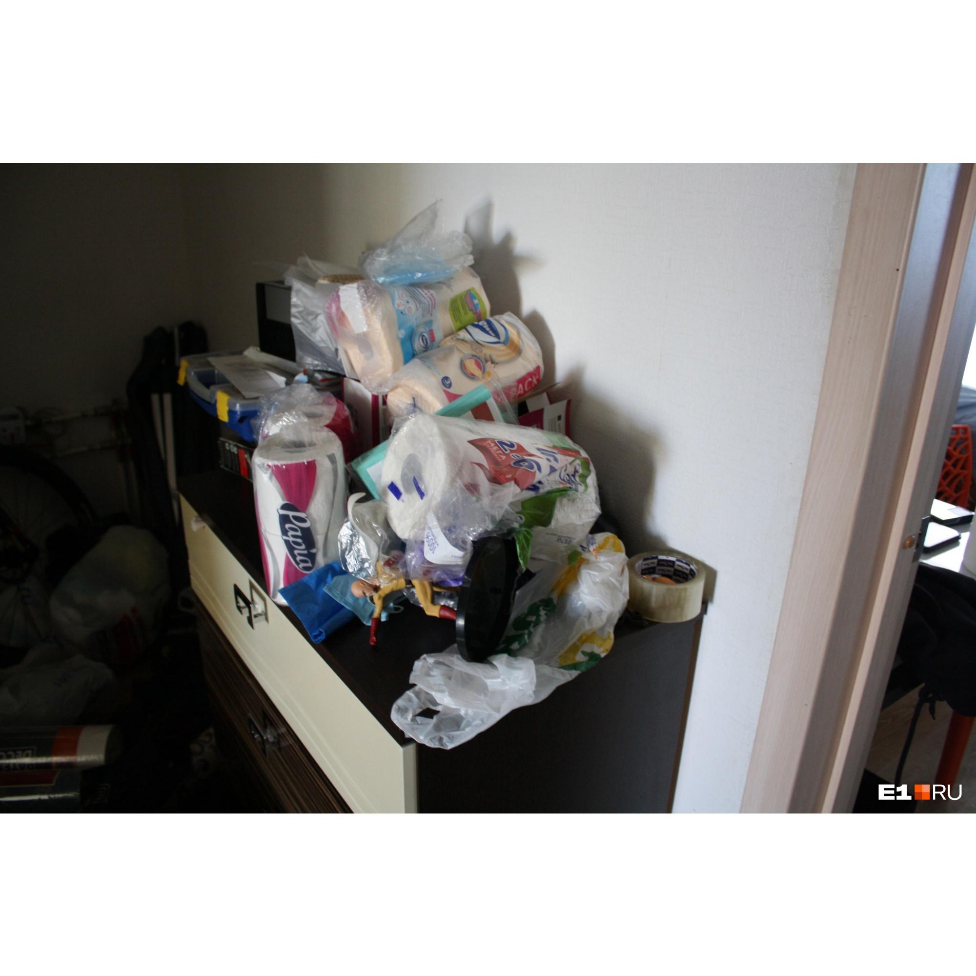 Заваленный вещами комод в коридоре